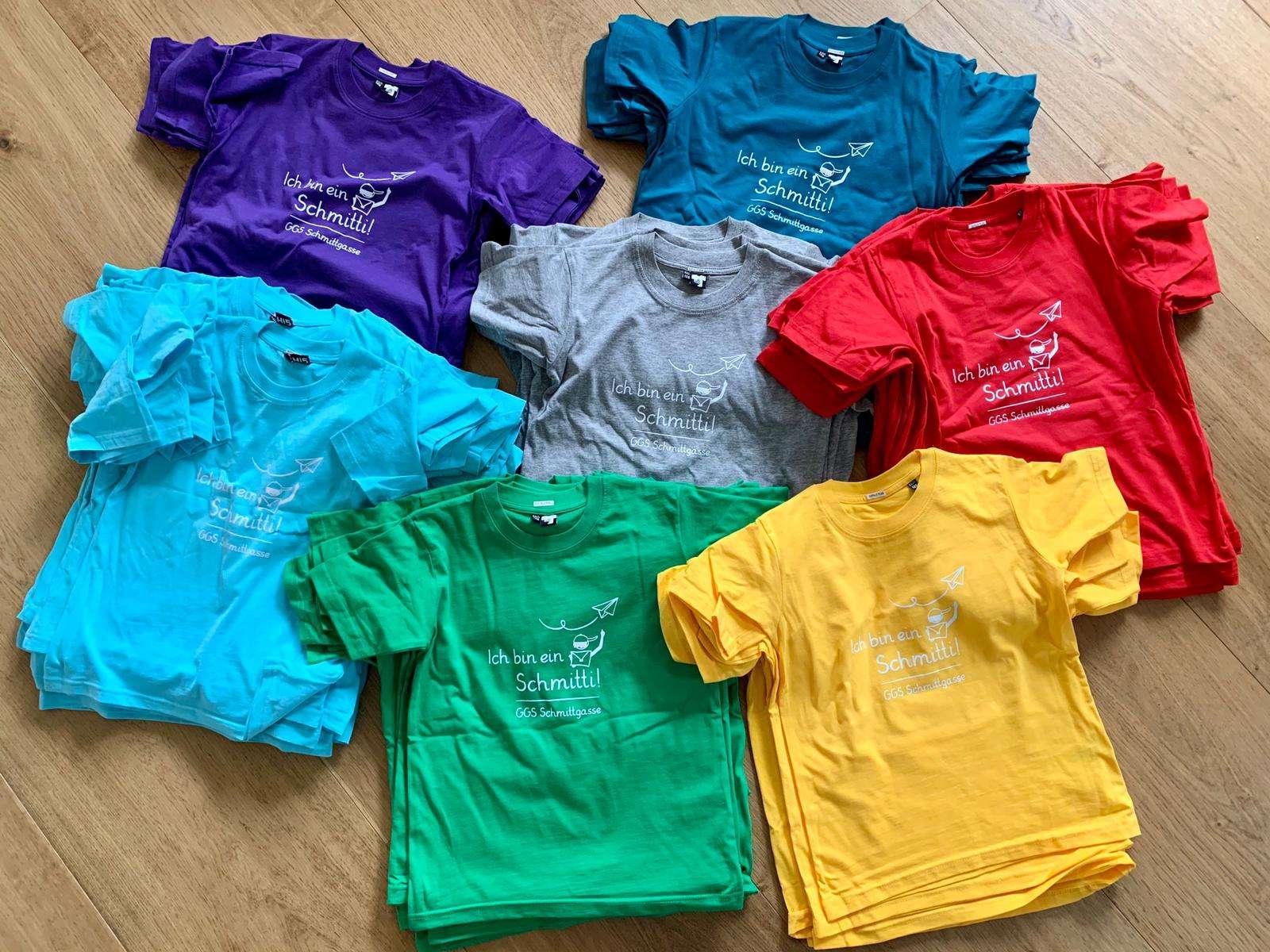 Schmitti-Schirts in sieben Farben